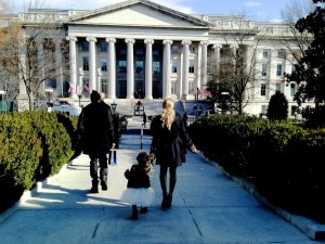 Beyonce-walking-up-to-the-White-House-with-Blue-Ivy